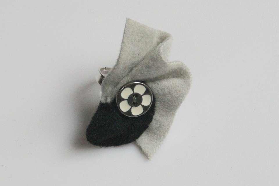 grau-schwarz  (Schmuck: Tracht & Filz-Ringe)